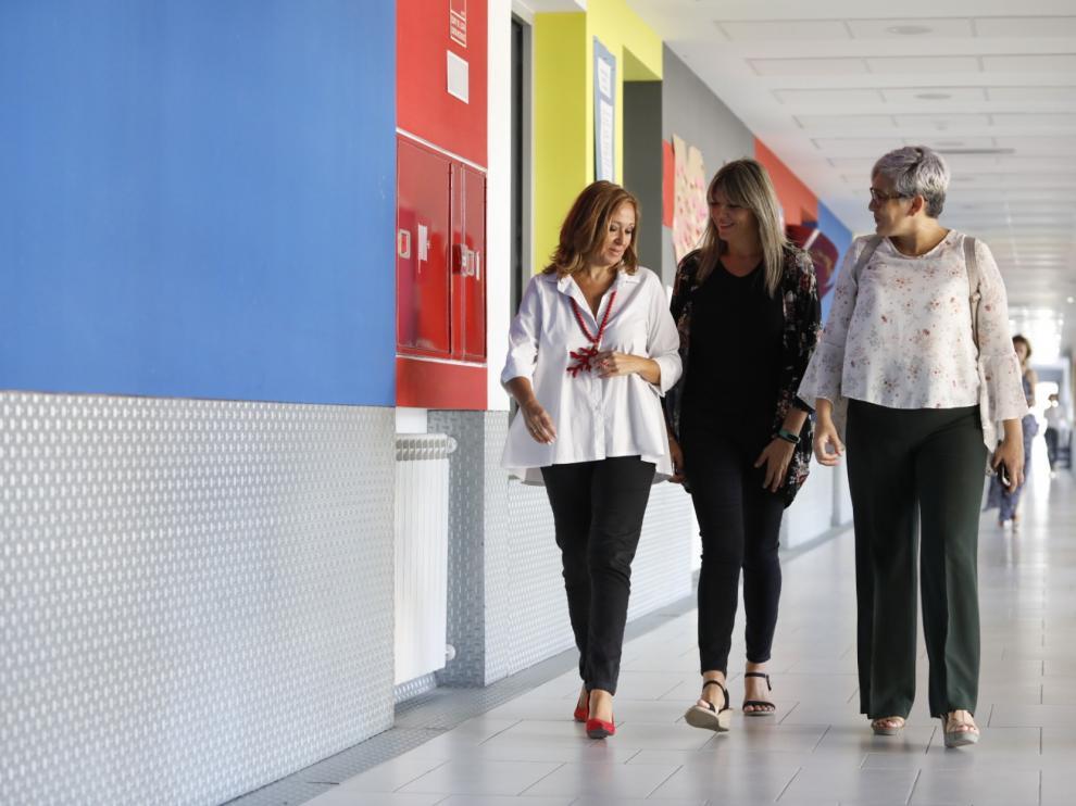 Mayte Pérez, primera por la izquierda, junto a Marta Lozano (directora del IES Valdespartera) e Isabel Arbués (directora provincial de Educación en Zaragoza), este jueves en el IES Valdespartera.