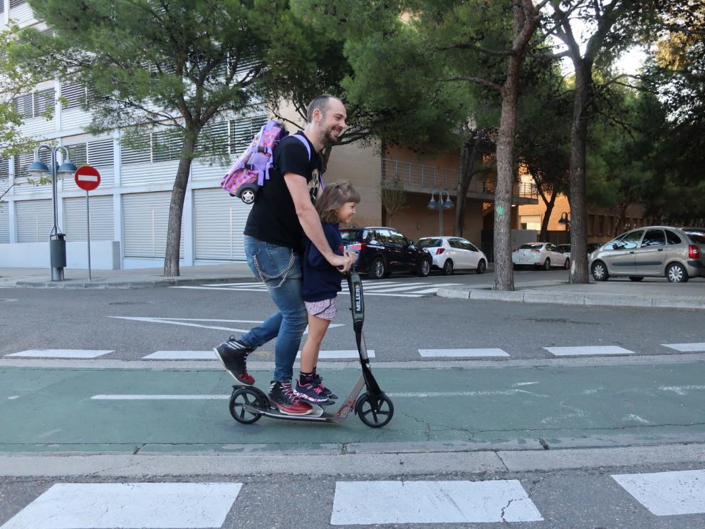 Un padre y su hija, juntos en un patinente.