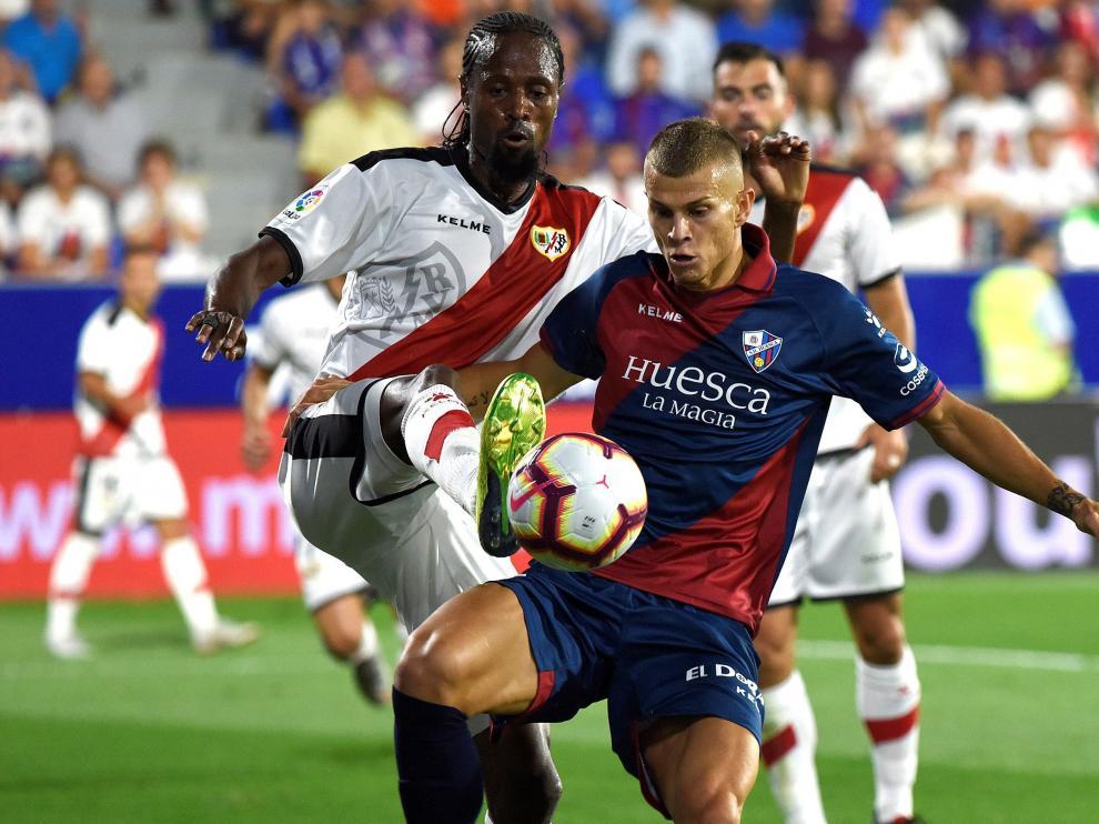 El delantero italiano de la SD Huesca Samuele Longo disputando un balón con Abdouyale Ba.