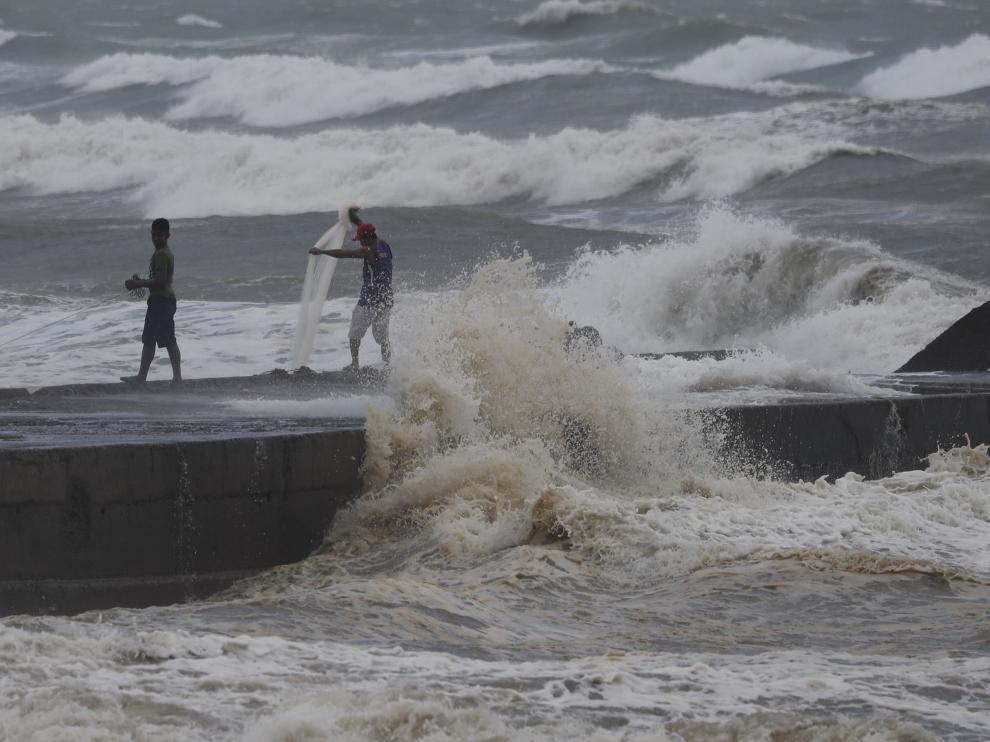 El tifón está dejando olas de hasta seis metros en la costa.