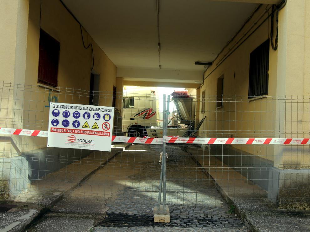 Ya se ha vallado el acceso al edifico que se convertirá en depósito de material.