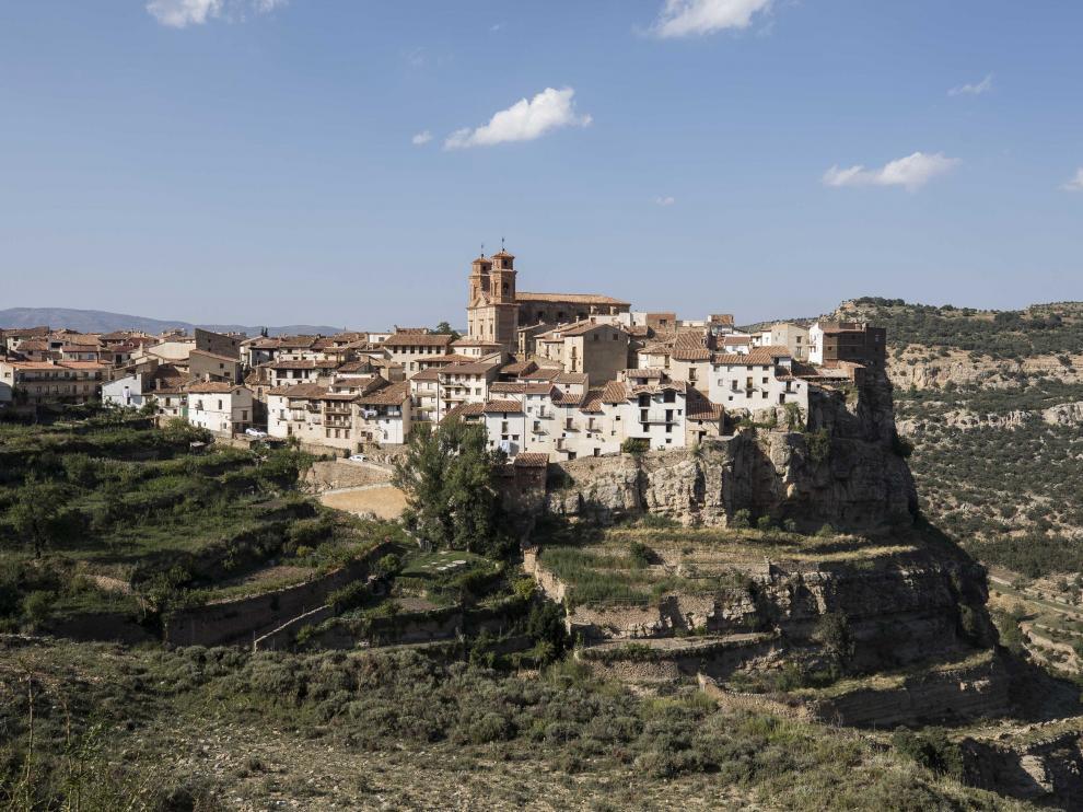 Vista de la localidad de Villarluengo, encaramada sobre una loma y abierta al cielo.