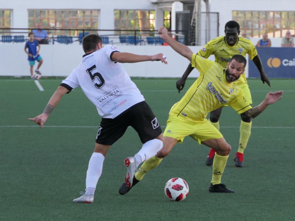 Lafita del Ejea pugna por un balón en un partido disputado esta temporada.