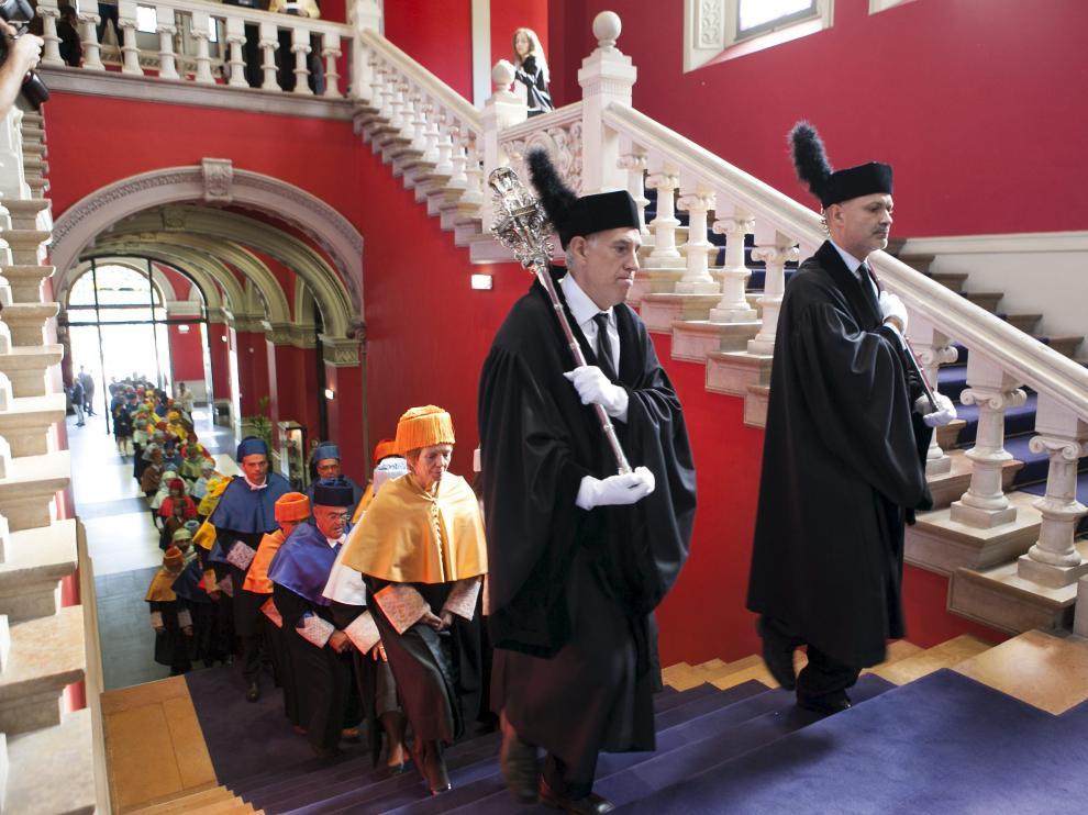 La comitiva académica y de autoridades volverá a ascender la escalinata del Paraninfo.