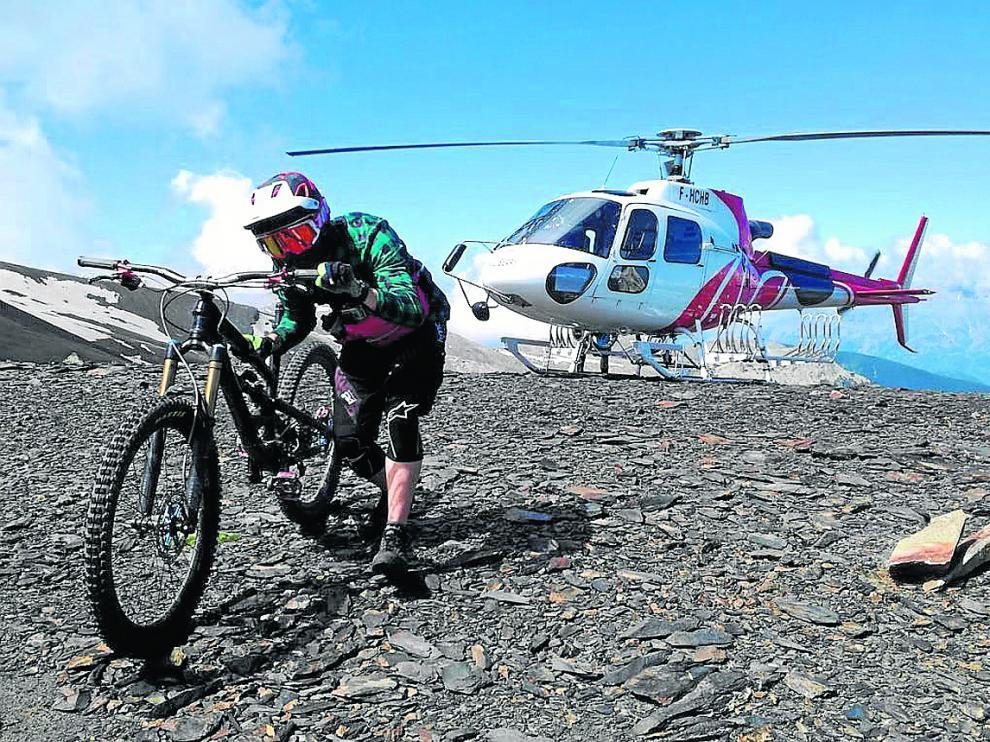 El helicóptero deja en altura a un ciclista en la sierra Negra, en Benasque.