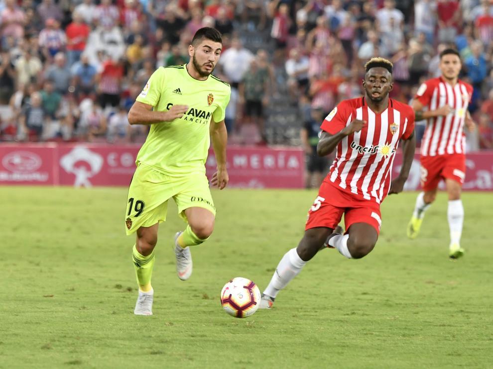 Papunashvili conduce una pelota ante la oposición de Eteki, centrocampista del Almería.