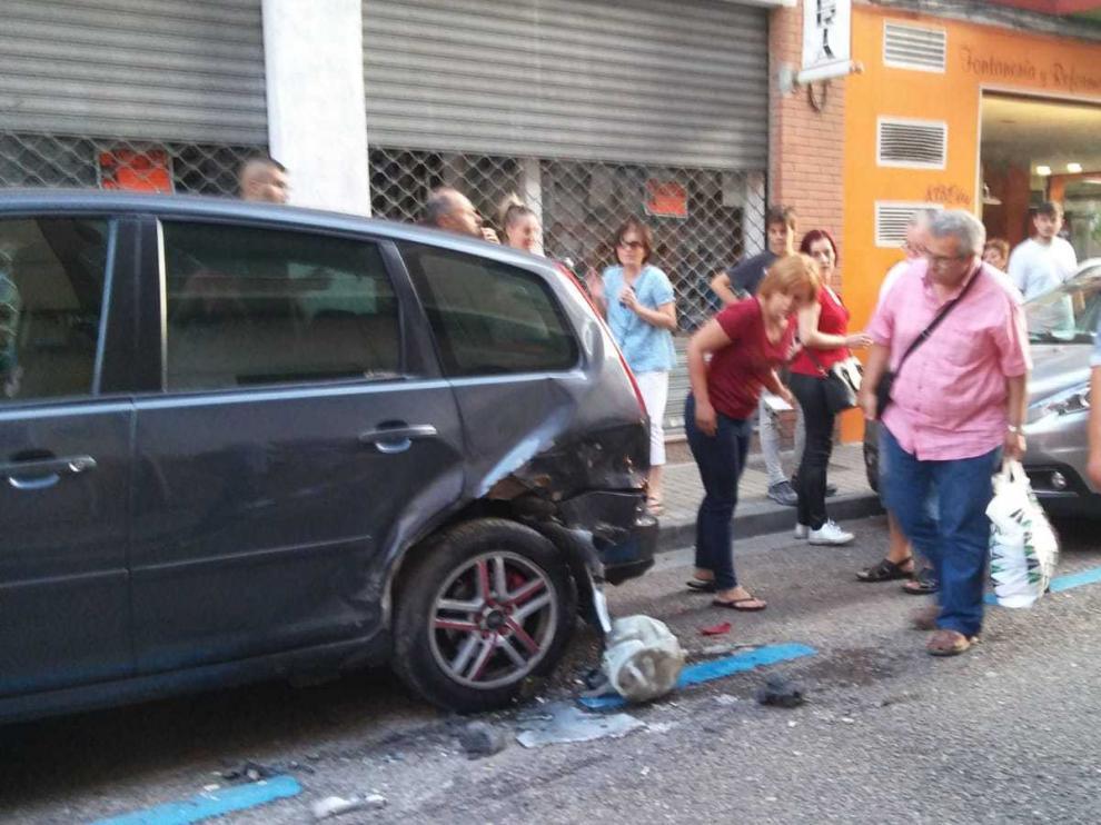 El coche golpeó a dos vehículos que estaban aparcados en la calle.