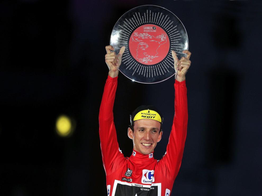 Simon Yates celebra su triunfo en la Vuelta.