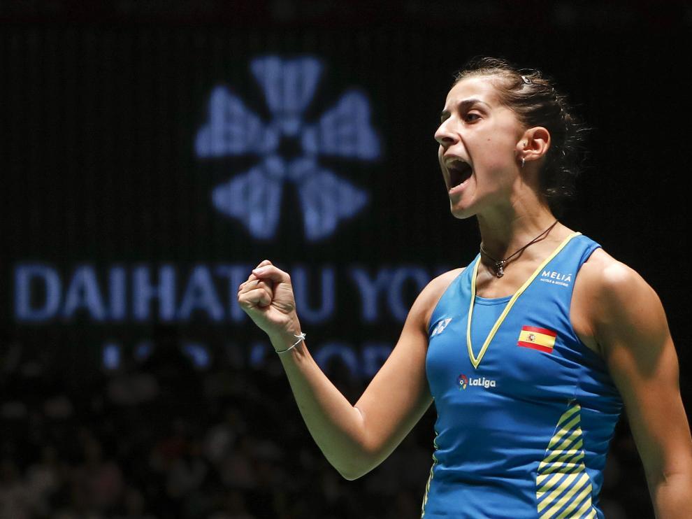 Carolina Marín celebra un punto con su gesto victorioso habitual.