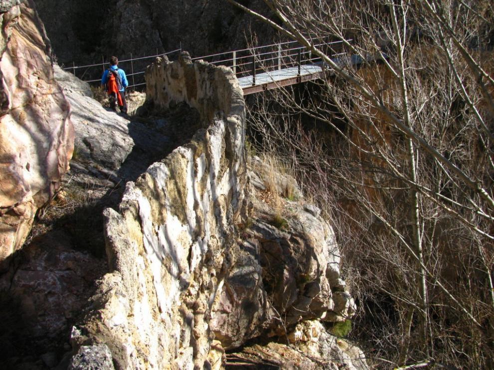 Un caminante recorre la ruta de los Alcamines, entre Alfambra y Galve.