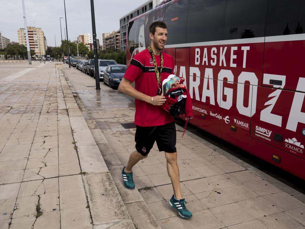 Fran Vázquez, junto al autobús del Tecnyconta Zaragoza.
