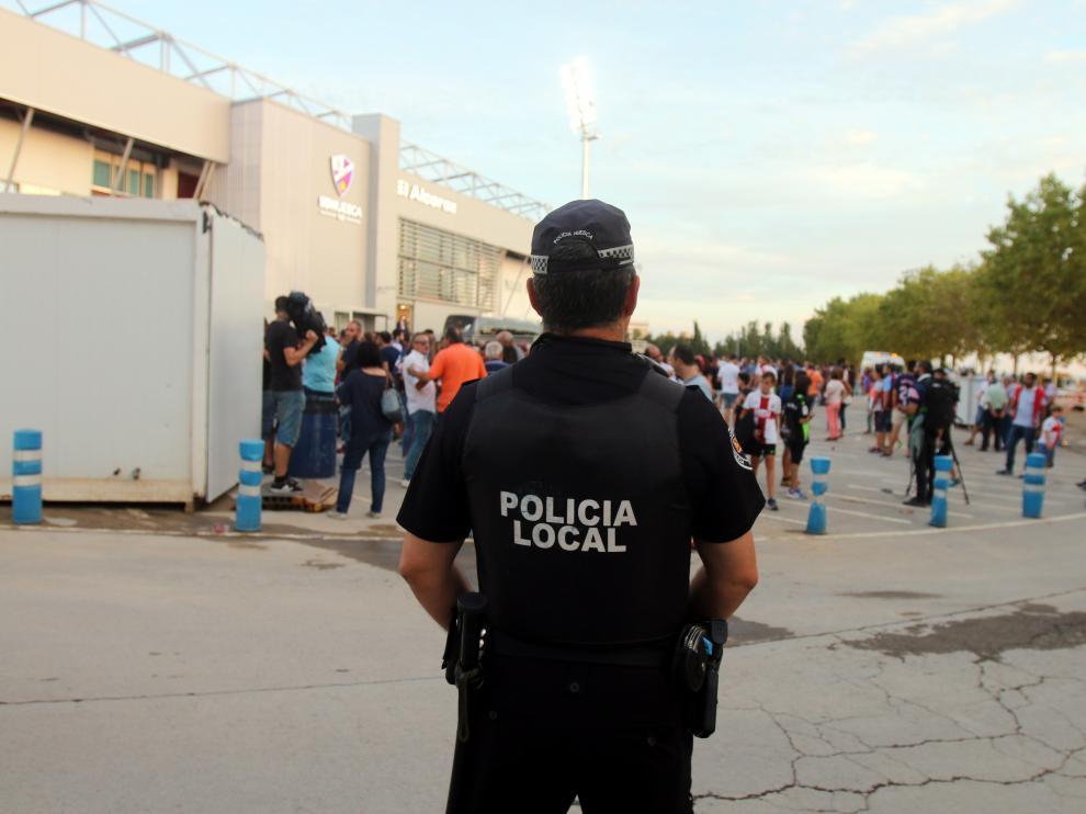 Un policía prestando servicio de seguridad en la entrada de El Alcoraz el pasado viernes