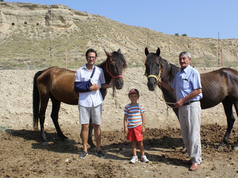 Carlos Ferrer y su hijo, Daniel, junto al alcalde de Lanaja, Gerardo Castillo, y sus dos caballos, Mayoral y Pincel