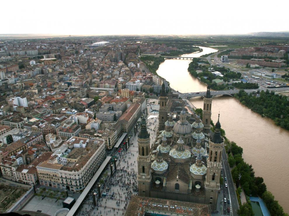 Vista aérea de la Basílica del Pilar, sus alrededores y el río Ebro a su paso
