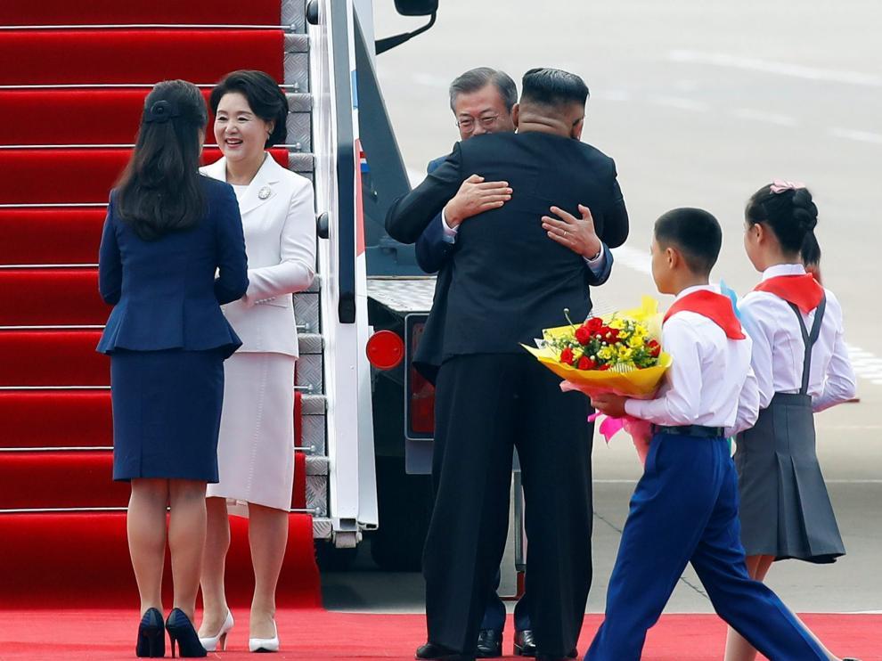 Los líderes de las dos coreas se funden en un histórico abrazo