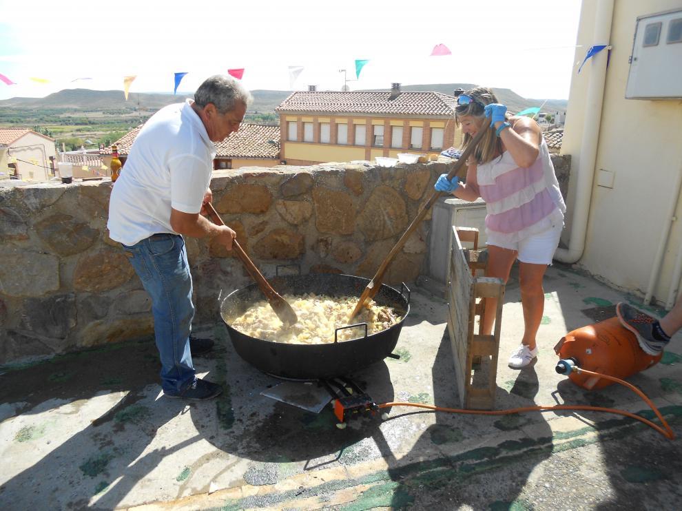Los vecinos voluntarios se han encargado de preparar el rancho popular.