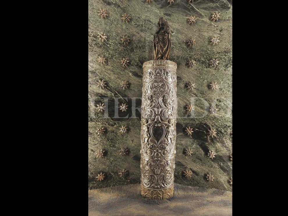 La Santa Columna con su funda de plata de caña alta, que cubre completamente la parte visible del Pilar