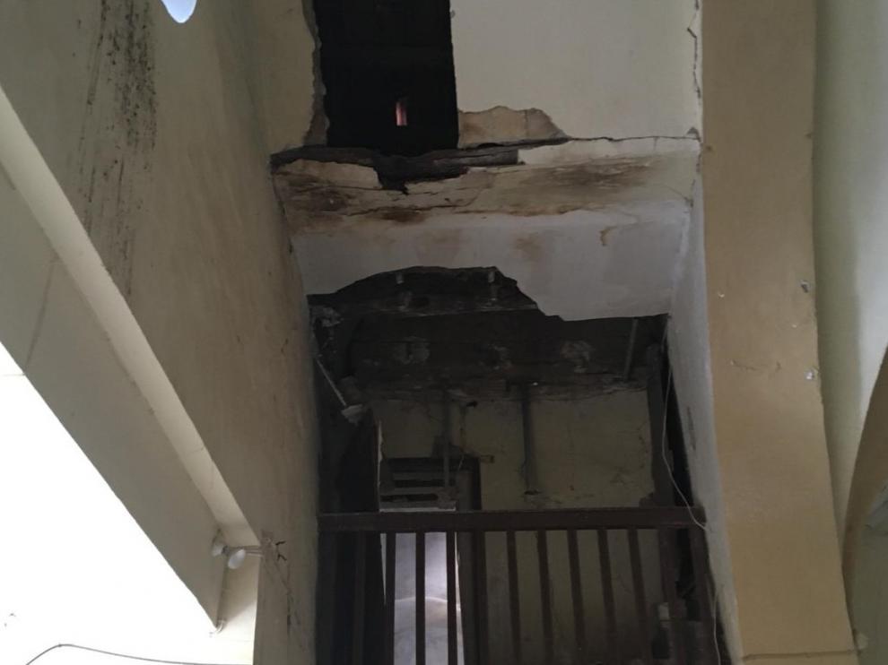 El edificio está lleno de grietas y desperfectos