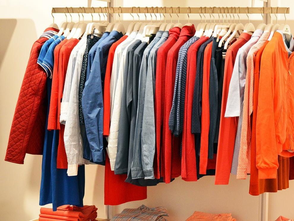 Además de suciedad, la ropa también incorporaingredientesquesirvenparaaprestarlastelas.