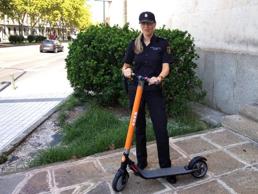 Una agente de la Policía Nacional de Zaragoza, tras recuperar un patinete robado.