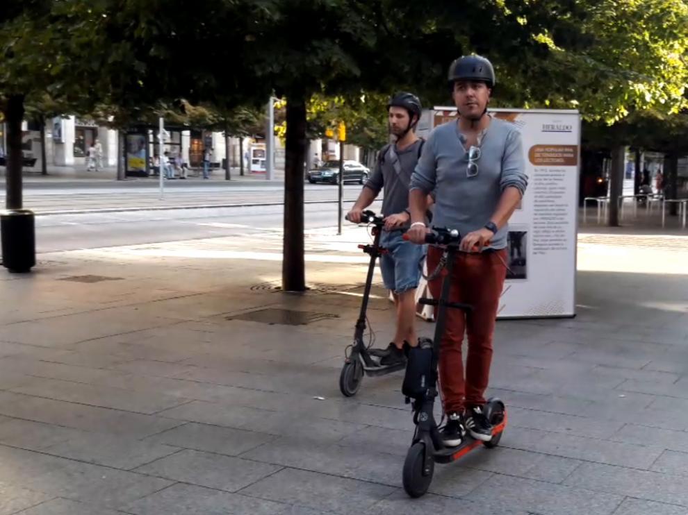 David Gómez y Bruno Gay, de la Asociación de usuarios de vehículos eléctricos, circulando por Independencia.