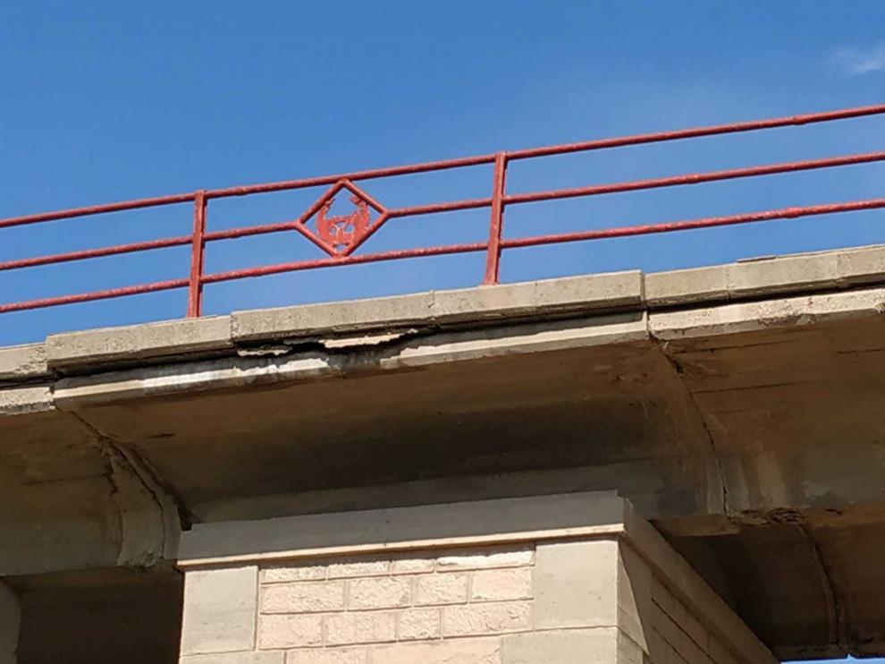 El puente de la carretera A-1105 en Gelsa presenta un trazado deteriorado y estrecho.