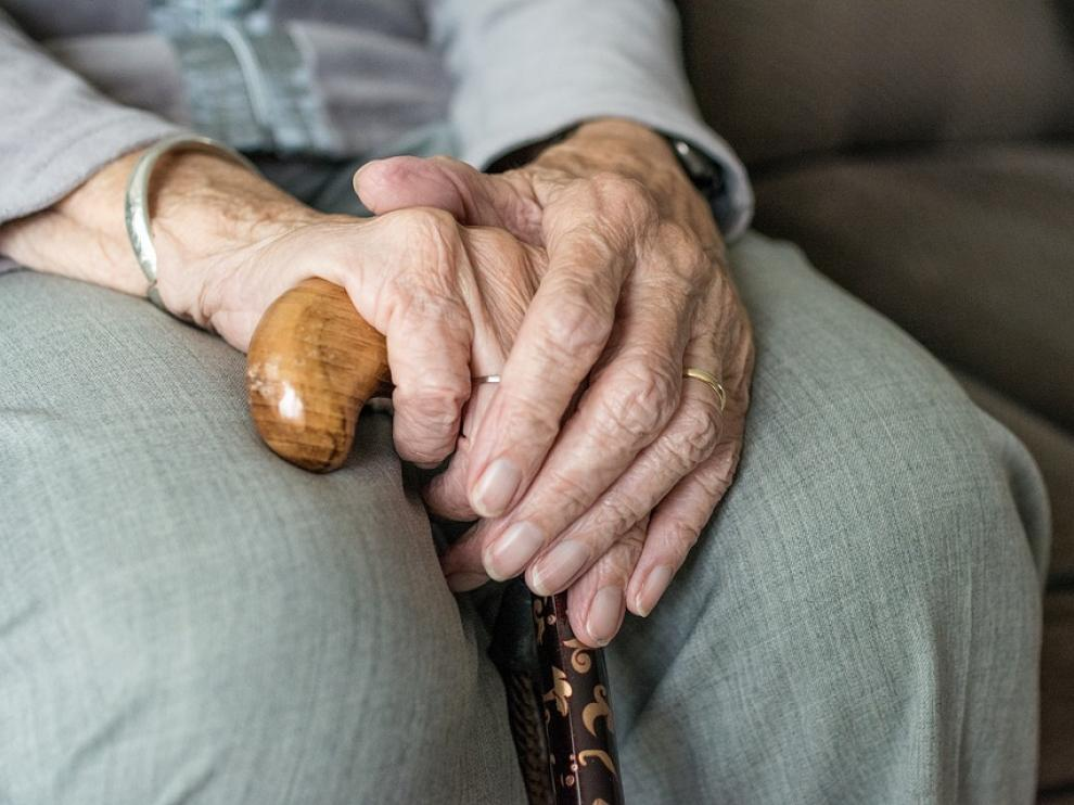 Manos de una mujer anciana, los más afectados por la enfermedad del párkinson.