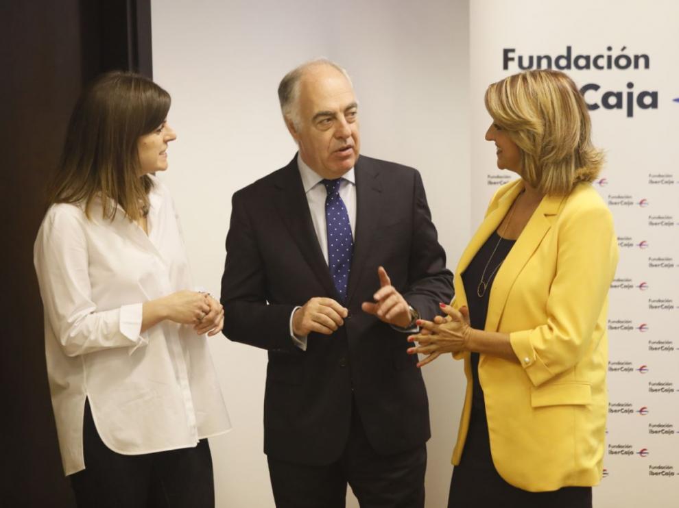 Inés González, José Luis Rodrigo Escrig y Mayte Santos, antes de la presentación del nuevo curso de la Fundación Ibercaja