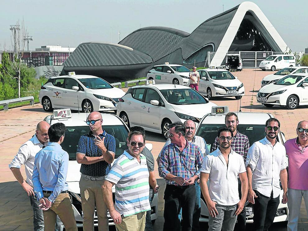 Los taxistas de Zaragoza, con sus nuevos Nissan Leaf y Nissan e-NV200, junto a la Expo.