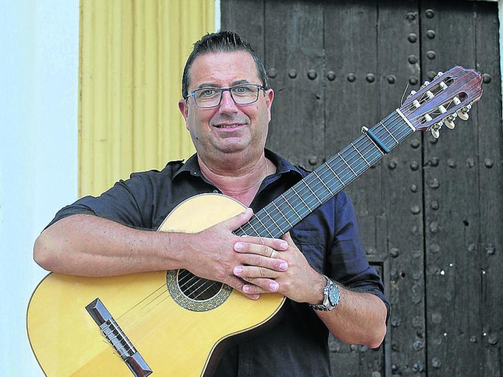 Pablo Gracia, con su guitarra, en su localidad natal, Huerto.