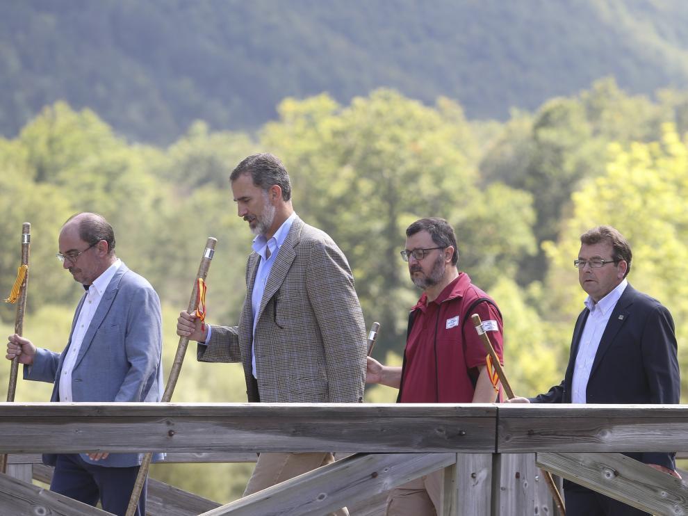 El presidente de Aragón, Javier Lambán, el rey Felipe VI, el director del parque, Manuel Montes, y el alcalde de Torla, Miguel Villacampa, durante su paseo por Ordesa