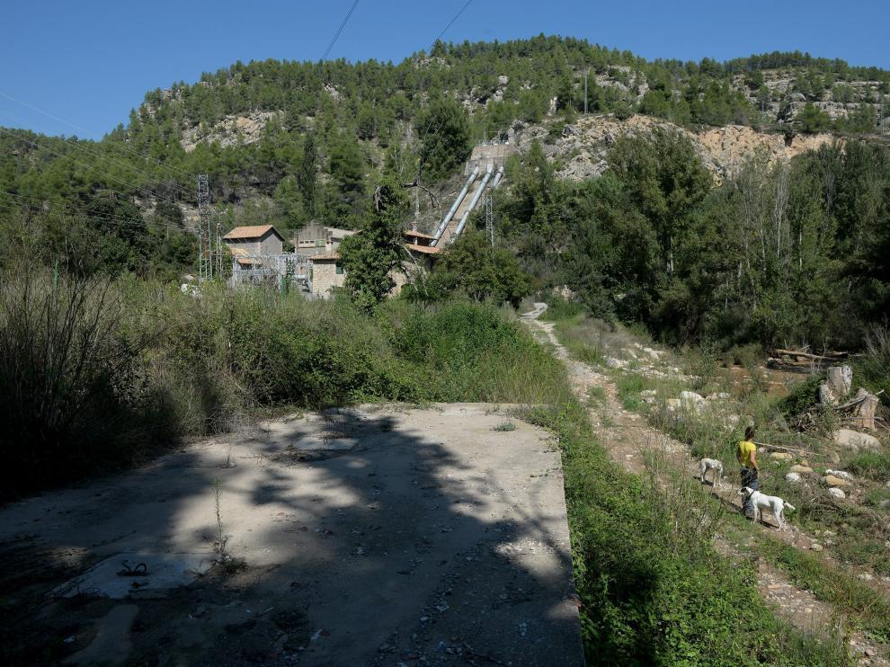 El río Mijares y una de las centrales hidroeléctricas que lo explotan a su paso por Olba.