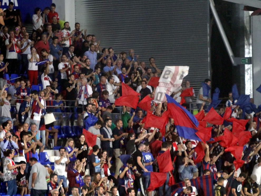 Aficionados del Huesca en El Alcoraz durante el partido que enfrentó a los azulgranas con el Rayo Vallecano.