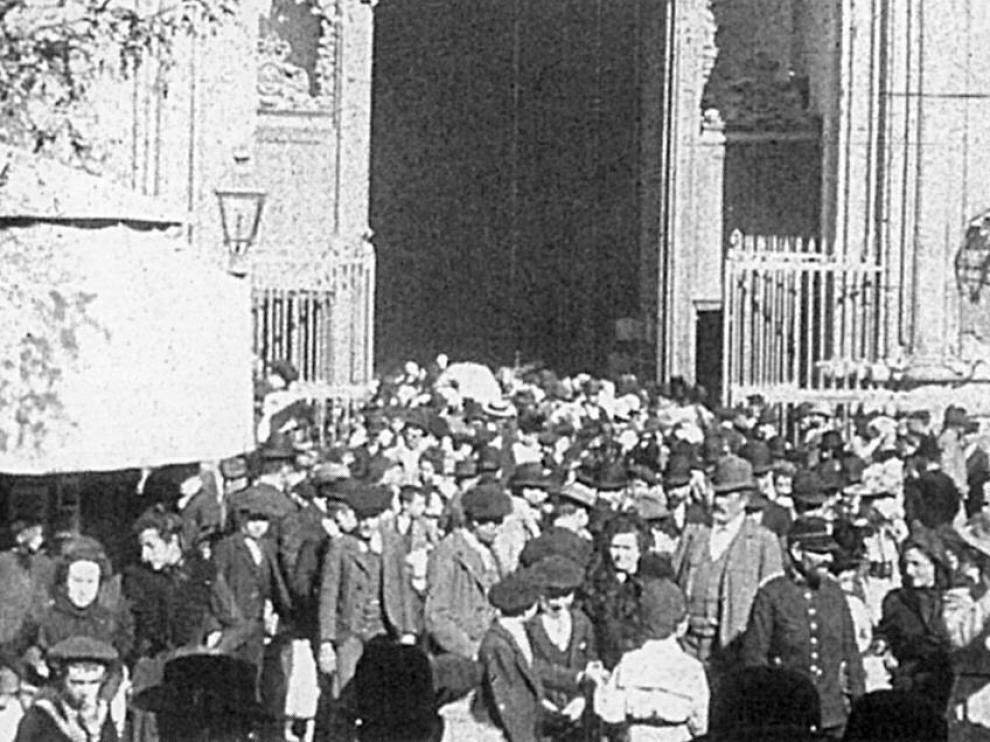 """Rodaje de 'Salida de misa de 12 del Pilar"""" en 1899, película conservada más antigua de la filmografía española y rodada en la basílica del Pilar de Zaragoza"""