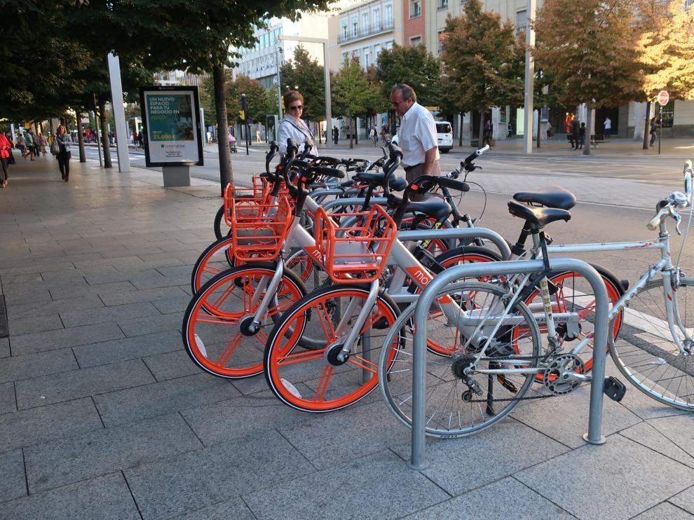 Los aparcabicis del centro amanecieron ocupados por bicicletas Mobike.