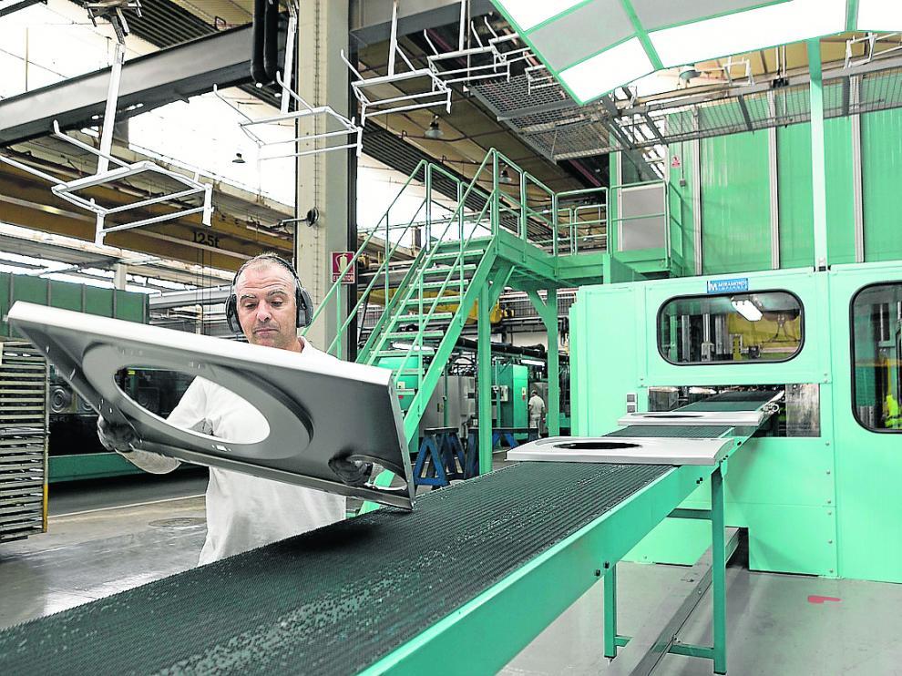 Un operario, en la fábrica de BSH_en La Cartuja (Zaragoza).