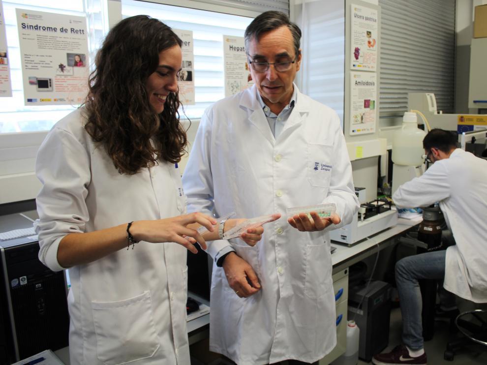 María Conde y Javier Sancho, en el laboratorio Lacrima del BIFI, donde han explicado sus hallazgos
