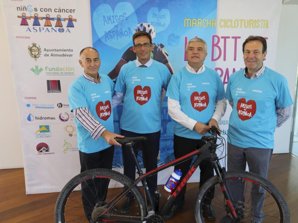 Antonio Justes, Alejandro Lanuza, Juan Carlos Acín y Antonio Labarta en la presentación de la prueba, este martes en la sede de Bantierra en Huesca.