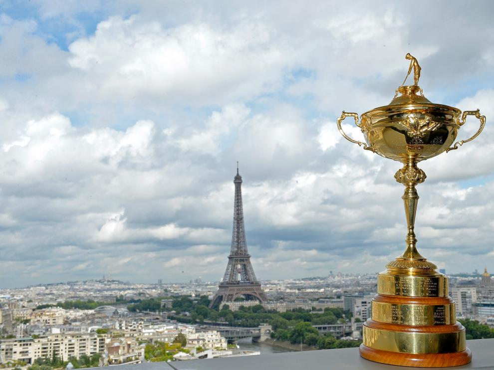 Trofeo de la Ryder Cup con la Torre Eiffel al fondo.