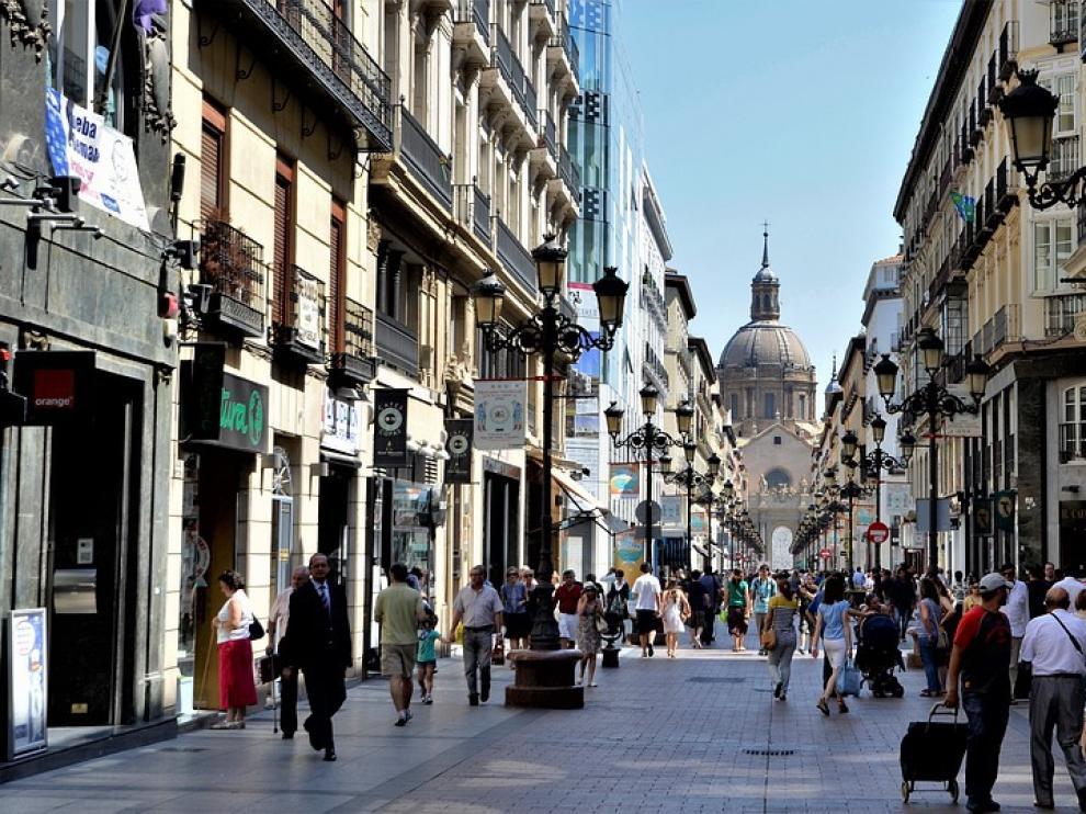 Calle de Alfonso I, una de las más frecuentadas por los turistas en Zaragoza.