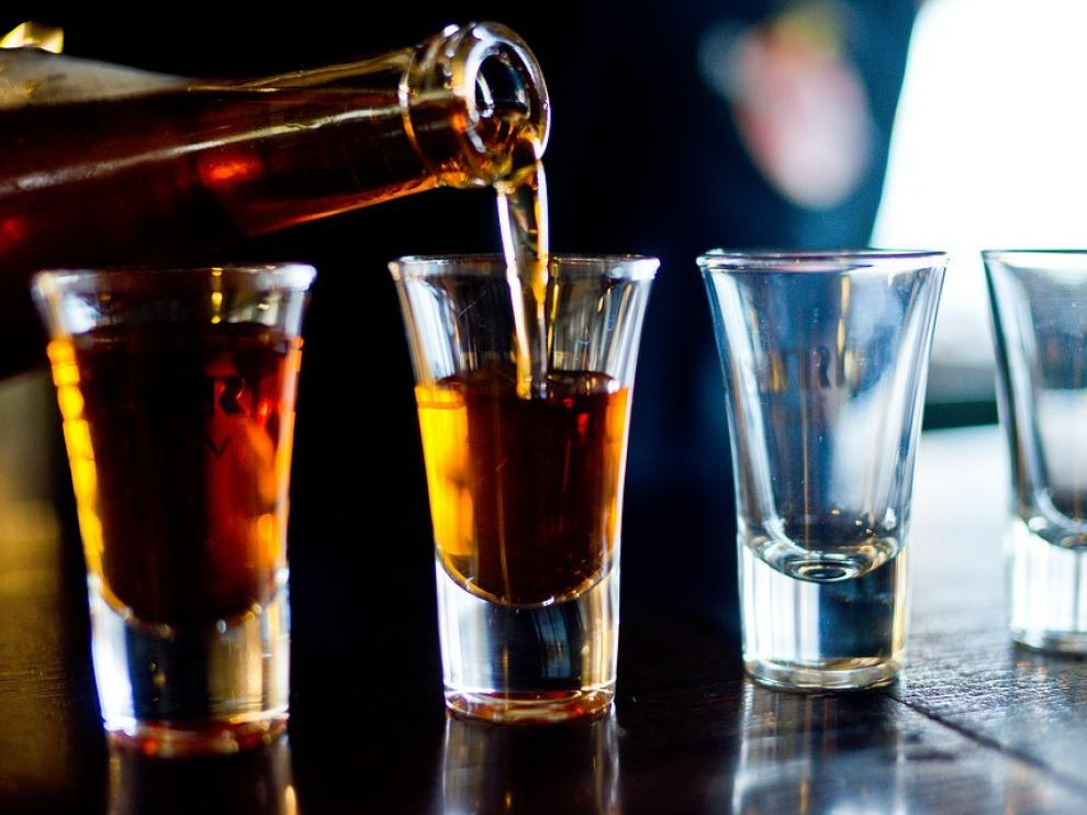 Chupitos de alcohol en la barra de un bar.