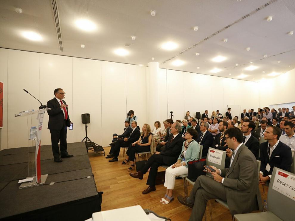 El director general de Opel España, Antonio Cobo, en la apertura del VIII Encuentro internacional de Arex.