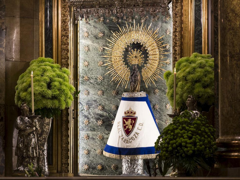 La Virgen del Pilar con el manto del Real Zaragoza