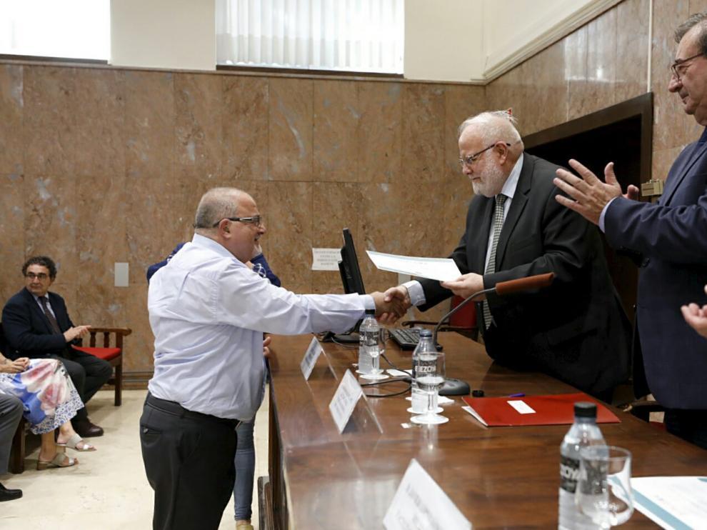 Riay Tatary entrega el diploma del curso a Fawad Nahhas, el imán expulsado de la prisión de Zuera