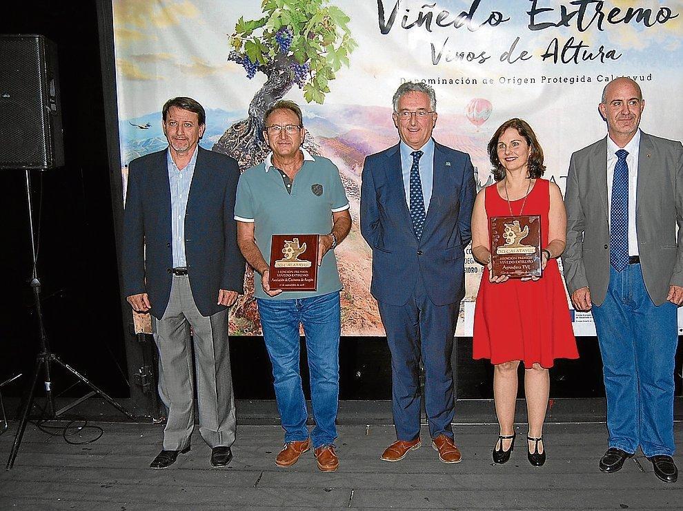 Los premiados, Domingo Mancho y Sandra Sutherland, y autoridades en la gala de entrega
