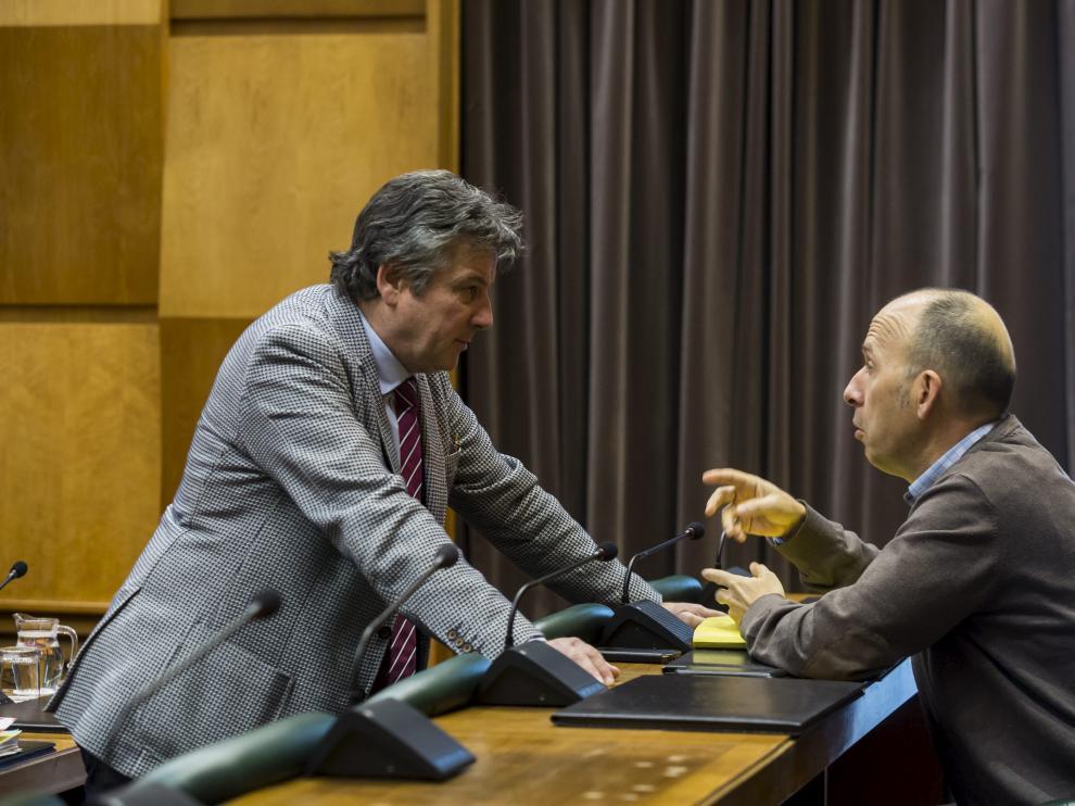 El socialista Javier Trívez y el nacionalista Carmelo Asensio, en una comisión plenaria de Economía en el Ayuntamiento de Zaragoza.
