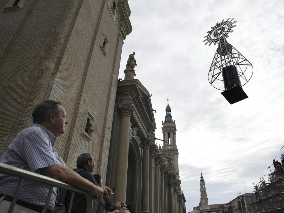 Montaje de la estructura de la Ofrenda en las Fiestas del Pilar de 2009. Colocación de la Virgen del Pilar