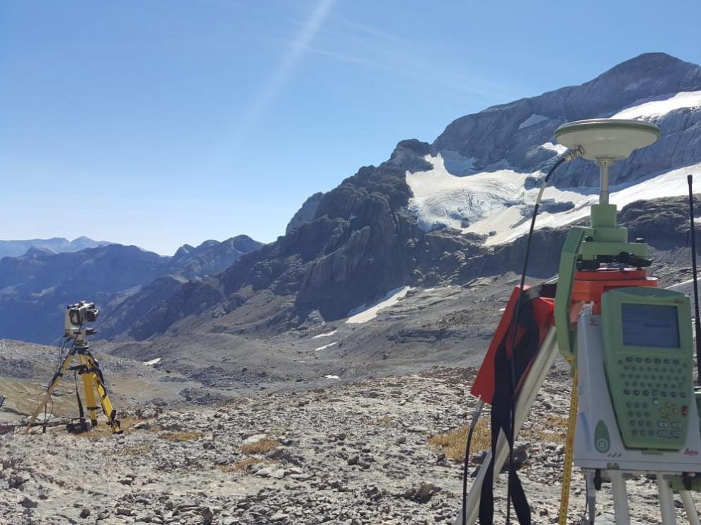 Los investigadores tomaban este jueves mediciones del glaciar con ayuda de aparatos topográficos
