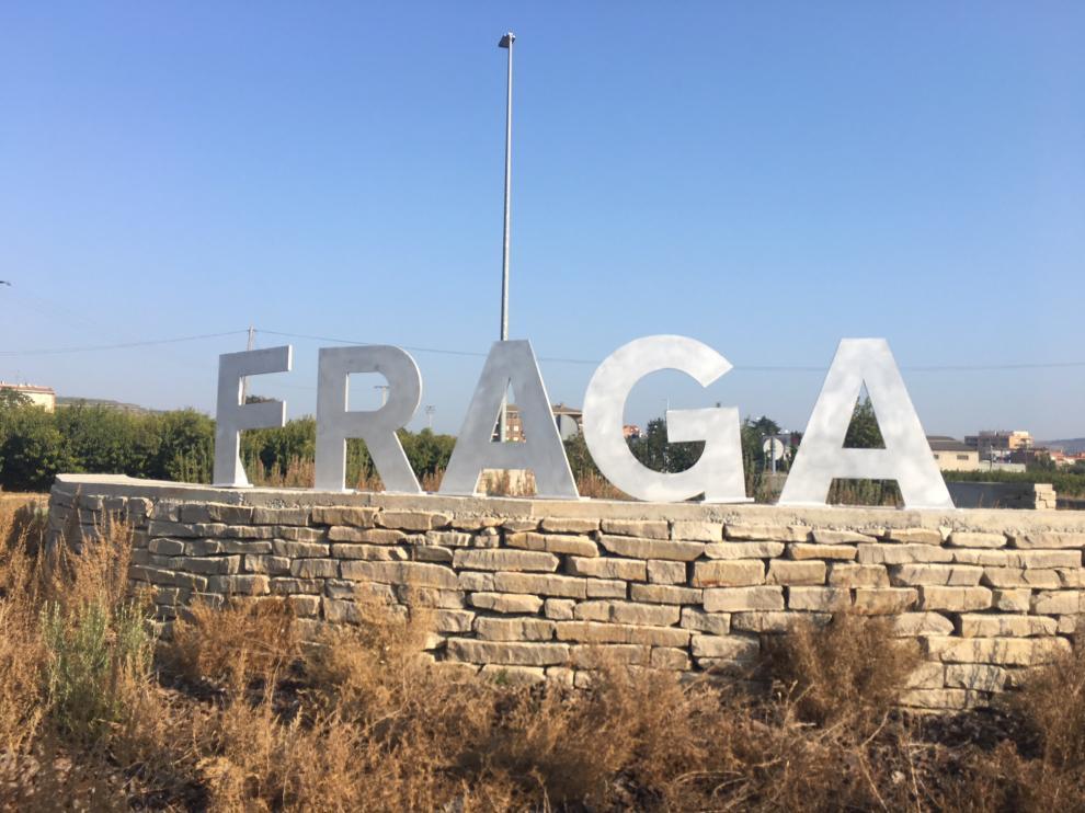 Las letras de Fraga reciben a los vehículos que llegan desde Mequinenza.