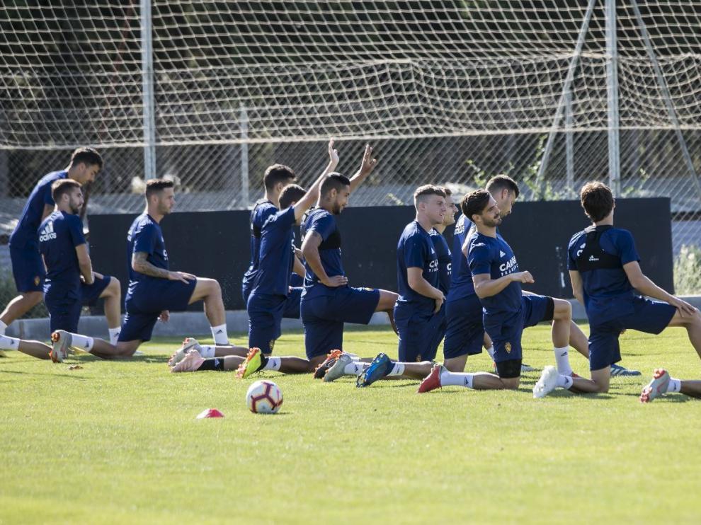 Los jugadores del Real Zaragoza, en un ejercicio del entrenamiento de este jueves, antes de partir hacia Albacete.